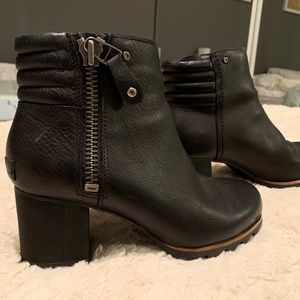 Black leather Sorel boots